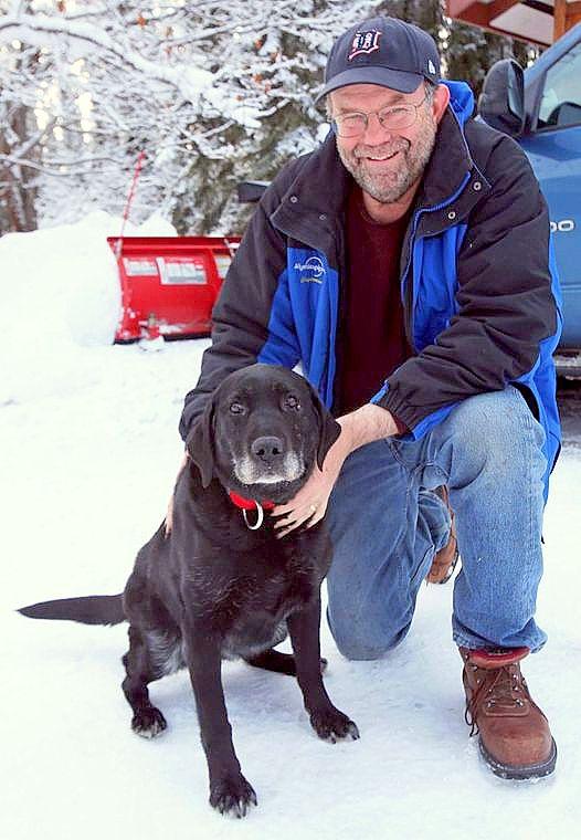 slijepi pas labrodor Madera i njen vlasnik Davis nakon spašavanja